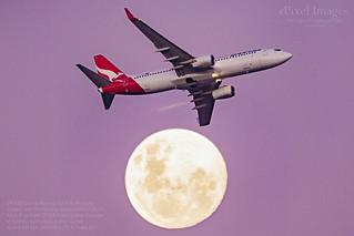 VH-XZB Qantas Boeing 737-838 'Mudgee' crosses over the Waxing Gibbous Moon 93.1%