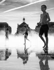 Mirroir d'eau @ Bordeaux (bitonio) Tags: kid reflection water steam bw blackandwhite backlit candid street streetphotography france bordeaux