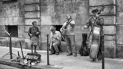 Roulez jeunesse! (Photographette76) Tags: paris marais nb noiretblanc bw blackandwhite streetphotography street rue photoderue photographiederue music musique group groupe band jazz banjo saxophone contrebasse bass oldlady vieilledame
