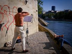 Le violoniste débutant, nu sur les quais (Calinore) Tags: france paris city ville quais dock seine river fleuve everydaylife violon music musique man homme