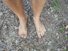 Descalzo en el campo con barro del camino (VIVE DESCALZO) Tags: descalzo barefoot pie barefooter barfus piedsnus 赤脚