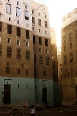 Shibam - street scene 2 (motohakone) Tags: jemen yemen arabia arabien dia slide digitalisiert digitized 1992 westasien westernasia ٱلْيَمَن alyaman kodachrome paperframe