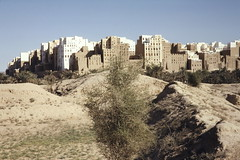Shibam - from the wadi (motohakone) Tags: jemen yemen arabia arabien dia slide digitalisiert digitized 1992 westasien westernasia ٱلْيَمَن alyaman kodachrome paperframe