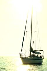 Chicha (melibeo) Tags: barco embarcación vela mar costa costabrava catalunya catalonia cataluña mediterráneo mediterranean sea boat sailboat luz brillo daylight glow blanco white resplandor