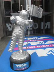 MTV Astronaut Award Guy Times Square NYC 7902 (Brechtbug) Tags: mtv awards silver styrofoam astronaut michelin man character guy hanging out times square nyc 2018 new york city 08192018 cable tv music television brand advertisement tire tires transportation balloon moon logo automotive flag advertising mascot cosmonaut spaceman space men helmet scifi science fiction moonman