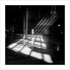 Interior amb llum / Interior with light. (ximo rosell) Tags: ximorosell bn blackandwhite bw arquitectura architecture abstract llum luz light squares bilbao people