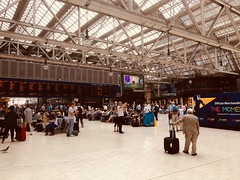 The Concourse at Glasgow Central Railway Station. (Bennydorm) Tags: glasgowcentral roof transit waiting europe uk gb britain people busy building iphone6s luglio julio juillet july lascozia escocia ecosse schottland scotland glasgow travellers passengers crowds concourse railwaystation station