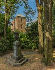 St. Lucius in Werden (ulrichcziollek) Tags: nordrheinwestfalen essen werden stlucius friedhof kirche grabstein