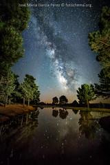 Reflejos (fotochemaorg) Tags: agua astronomía azul cielo constelación galaxia guadalajara naturaleza noche paisaje reflexión víaláctea espacio estrellas lago nebulosa nocturna árbol