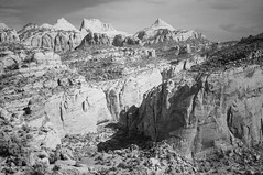 View on Ferns Nipple from Cassidy Arch Trail, Capitol Reef NP (Inklaar) Tags: fujifilmx100 infrarood inklaar:see=all 2018 x100 infrared infraredphotography noordamerika cassidyarchtrail canyon usa geologie bergen zwartwit utah capitolreefnationalpark fruita