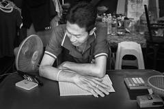 Bangkok – Ready for busniess (Thomas Mülchi) Tags: 2018 bpg bangkok bangkokphotographersgroup photowalk thailand hirunroojicommunityphotowalk khlongsandistrict khlongsan people person man bw monochrome bangkokmetropolitanregion th