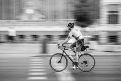 Libre en la ciudad. (jetepe72) Tags: bicicleta bike street byn blackandwhite urbana urban barrido callejera nikon