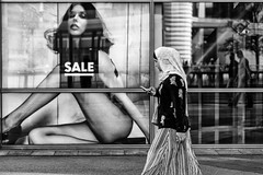 Sale (Leipzig_trifft_Wien) Tags: street streetphoto streetphotography black white blackandwhite bnw bw people person window shop sale culture different