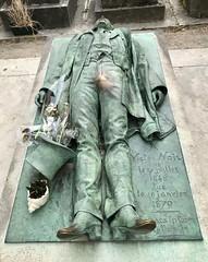 Totenruhe auf französisch (Berliner1963) Tags: stphotographia skulptur statue victornoir cemetery cimetière friedhof pèrelachaise paris france frankreich