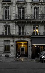 2018-09-13 - Jeudi - 256/365 - Lumière jaune - (MonPlaisir) (Robert - Photo du jour) Tags: 2018 septembre france femme pluie gris jaune lumièrejaune monplaisir bar triste