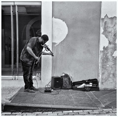 Fotografía Callejera (Street Photography) (Samy Collazo) Tags: kodak kodakbrownietwin206201959 1959 620film aristaedu100 kodakd76 musico musician musicocallejero streetmusician violin fotografiacallejera streetphotography sanjuan oldsanjuan viejosanjuan puertorico bn bw