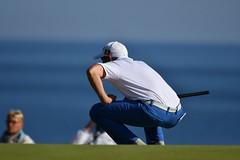 Comment s'y prendre ? (Patrick Doreau) Tags: golf blue green golfeur golfer bleu vert herbe bretagne joueur mer