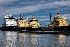 Brise-glace (Lucille-bs) Tags: europe finlande helsinki briseglace bateau mer maritime cielbleu port
