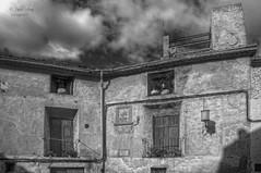 (402/18) Fachadas (Pablo Arias) Tags: pabloarias photoshop ps capturendx españa photomatix nubes cielo arquitectura edificio casa balcones bn blancoynegro monocromático bocairent valencia