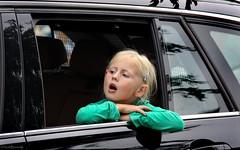 Drenthe: Paterswolde, drive-by girl (Henk Binnendijk) Tags: people candid street paterswolde eelde bloemencorso parade float portrait drenthe nederland netherlands dutch holland carwindow spectator toeschouwer meisje girl fille mädchen child kind enfant