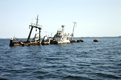 Aden shipwreck 2 (motohakone) Tags: jemen yemen arabia arabien dia slide digitalisiert digitized 1992 westasien westernasia ٱلْيَمَن alyaman kodachrome paperframe