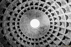 El Ojo de Dios (Stauromel) Tags: roma italia panteon rotonda cupula boveda oculo bn blancoynegro blackwhite agripa adriano casetones alquimiadigital arquitectura stauromel fuji fujixt2