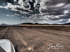 Namibia (jan-krux photography - thx for 3 Mio+ views) Tags: 4x4 offroad gravel jeep cherokee sport liberty kj 37l driving fahren unbefestigt afrika namibia africa adventure abenteuer olympus omd em1 em1mkii landschaft landscape wueste desert barren trocken berge mountains strasse roads clouds wolken dramatic weite vast