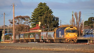 BL33 rolls into the loop at Horsham on 7747V wagon transfer to Dimboola