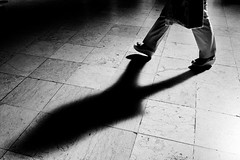 In good company (Francisco (PortoPortugal)) Tags: 1812018 20180726fpbo8625pb bw nb pb monochrome monocromático pessoas people sombra shadow porto railwaystation portugal franciscooliveira
