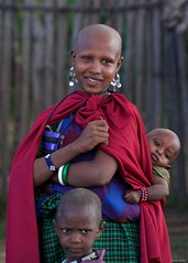 IMGP5808 Maasai mother with grumpy kid (Claudio e Lucia Images around the world) Tags: ngorongoro tanzania africa masai maasai woman portrait village asilia higlands crater safari pentax pentaxk3ii pentax60250 ritratto young mother child children kid