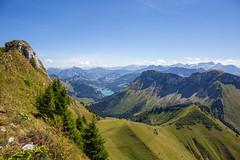Les Alpes (Yo Gui) Tags: montagne suisse verdure paturage lac lhongrin panorama paysage ciel pelouse arbre route champ