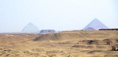 PIRAMIDE ACODADA Y PIRAMIDE ROJA DE SENEFERU  DAHSHUR 8488 18-8-2018 (Jose Javier Martin Espartosa) Tags: dahshur seneferu piramideacodadadeseneferu piramiderojadeseneferu desdesaqqara egipto egypt wordheritagesite patrimoniodelahumanidad