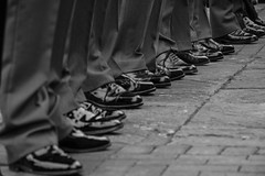 Zapatos (Paco Mayoral) Tags: blancoynegro repeticion calle streetphoto street zapatos shoes dark composition