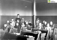 tm_5442 - Tidaholm, Västergötland (Tidaholms Museum) Tags: svartvit positiv gruppfoto människor skola skolelever lärarinna