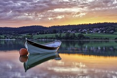 Lac de Saint Point (kennyovich) Tags: lac lake sun sunset set boat barque small forest mountaine france franche comte doubs reflections sky clouds jura sapins