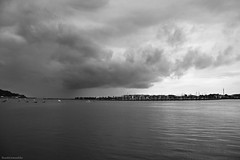 Viendo llegar la lluvia - Watching the rain come (ricardocarmonafdez) Tags: hondarribia guipuzcoa monocromo monochrome blackandwhite bn marina seacape pier muelle boats fishingboats lluvia cielo sky rain rainyday nubes clouds mar sea seascape canon 60d 1785isusm