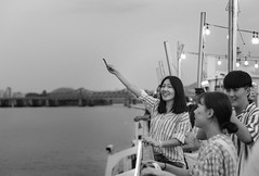 Feeding seagulls (Emmanuel RA) Tags: han river seoul korea south asia travel vacation trip boat eland cruise navigation sunset dusk dawn monochrome blackandwhite people gente blanco negro gaviotas seagulls canon 2470mm