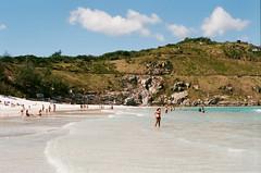 Praia Grande - Arraial do Cabo (Henrique F. da Silva) Tags: nikonfm filmisnotdead film filmisalive 35mm slr beach arraialdocabo sea people holidays agfa agfavista200