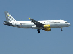 EC-KLT, Airbus A320-216, c/n 3376, Vueling Airlines, ORY/LFPO 2018-05-05, short finals to runway 06/24. (alaindurandpatrick) Tags: ecklt cn3376 a320 a320200 airbus airbusa320 airbusa320200 minibus jetliners airliners vy vlg vueling vuelingairlines airlines ory lfpo parisorly airports aviationphotography