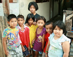 children posing in a v formation (the foreign photographer - ฝรั่งถ่) Tags: seven children v formation khlong thanon portraits bangkhen bangkok thailand canon