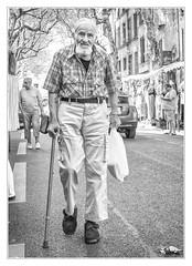 Back from market (sdc_foto) Tags: sdcfoto street streetphotography bw blackandwhite pentax k1 oldman bag walking cane view uzes france