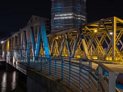 Magdeburger Brücke 01 (Torsten schlüter) Tags: deutschland hamburg hafencity magdeburgerbrücke nacht kunstlicht gelb blau elbe stahl nieten linien olympus 25mm 2018 brücke