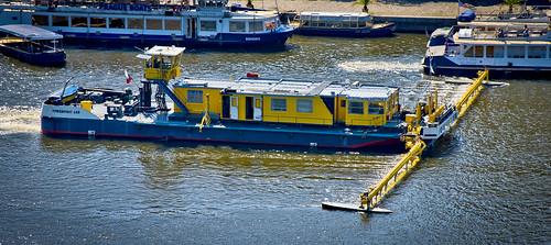 Netejant el Vltava / River cleaning barge