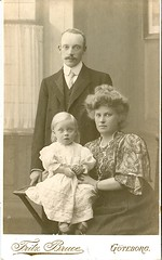 Mummy, daddy and kid (DameBoudicca) Tags: portrait porträtt porträt retrato ritratto 肖像 vintage old kvinna frau femme woman mujer donna 女 man mann varón homme uomo 男 child barn kind enfant niño bambino 子 father dad daddy far pappa vater padre père 父 mother mum mutter mamma mor madre mère 母 göteborg gothenburg sweden sverige schweden suecia suède svezia スウェーデン fritzbruce