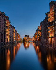 Speicherstadt (zsnajorrah) Tags: urban urbanphotography city bigcity citydwellers canal water reflection evening sky bluehour nightphotography nightlights longexposure neutraldensityfilter nd breakthroughphotography x4nd3 tiffen gradnd canon 7dmarkii efs1018mm germany deutschland hamburg speicherstadt poggenmühlenbrücke unesco bridge dusk twilight