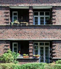 5345 Balkons der Siedlung Alsterdorfer Straße / Bodelschwinghstraße in Hamburg Alsterdorf; errichtet 1928 - Architekt Richard Wagner. Die Wohnhäuser stehen unter Denkmalschutz. (christoph_bellin) Tags: siedlung alsterdorfer strase bodelschwinghstrase errichtet 1928 architekt richard wagner bilder fotos hansestadt hamburg hamburger stadtteile bezirke hamburgs sehenswürdigkeiten rundgang impressionen portrait alsterdorf