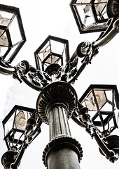 Farola Falset 2 (Ricardo Pallejá) Tags: falset farola hierro luces catalonia cataluña calle contraluz contraste tarragona street spain priorat monocromático monocromo blancoynegro bw blackandwhite lightroom ricardopallejáherrera tokina1116 nikon explore