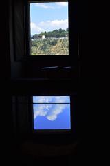 Paesaggio umbro riflesso su un pianoforte (Vincenzo Elviretti) Tags: piano pianoforte castello spoleto umbria italia europa centrale centro del mondo delluniverso don matteo che uccide gente innocente