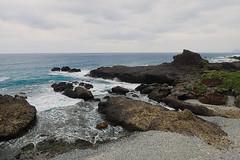 Depuis le pont de Sanxiantai (2) (8pl) Tags: plage mer océan eau vagues rochers roche pierre taïwan sanxiantai baie paysage marin maritime ciel nuages 三仙台 galets plagedegalets cailloux eaubleue