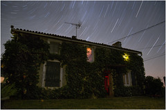 . (an to nin) Tags: stars etoiles ciel sky nuit night maison mouvement poselongue